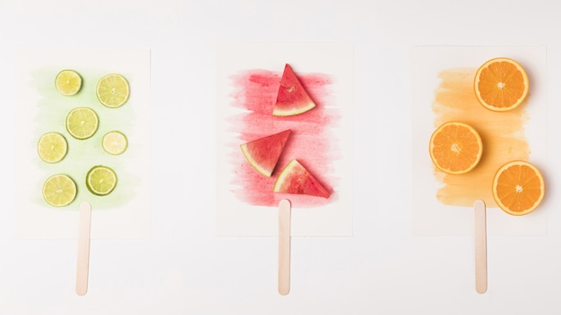 水彩画にフルーツアイスクリームの抽象的なイメージを描いた