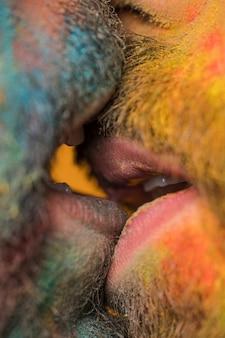 同性愛者のカップルのひげを生やしたキス
