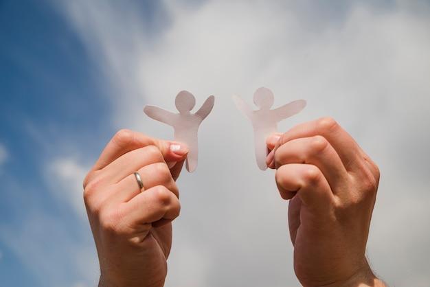 Бумажные человечки против неба.