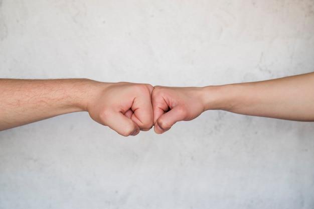 Приветственный жест кулаком