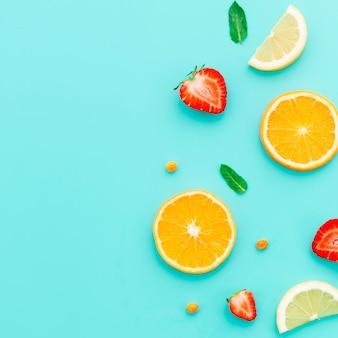 スライスした柑橘系の果物とイチゴのテーブル