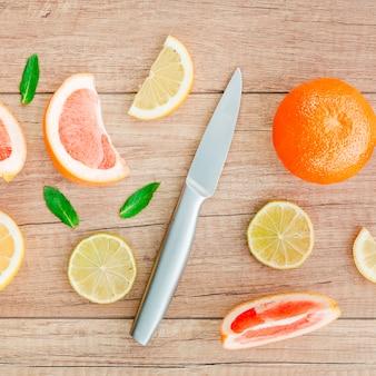 木製のテーブルに散在している柑橘系の果物