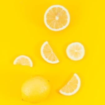 黄色の背景にレモン