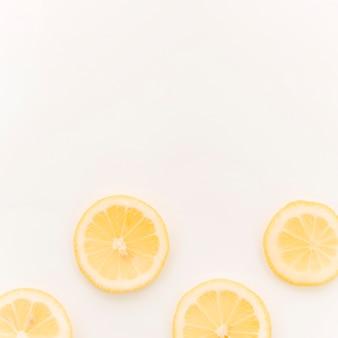 白い背景の上のレモンのスライス