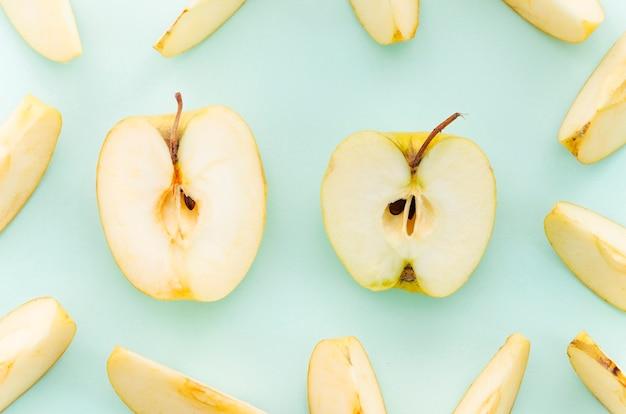 Разрезать яблоко на светлой поверхности
