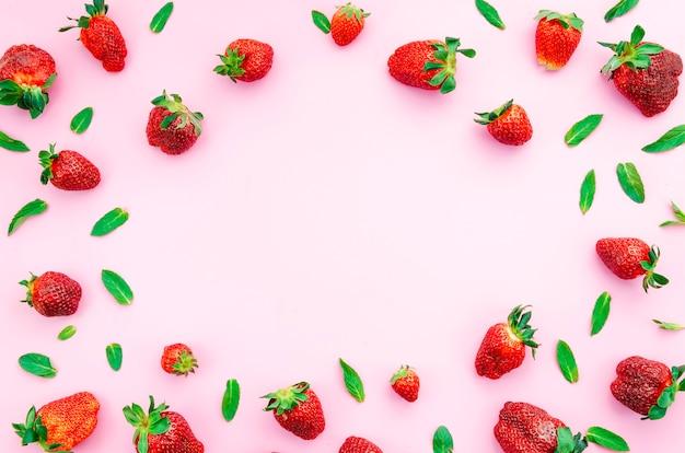 熟した赤いイチゴと緑の葉
