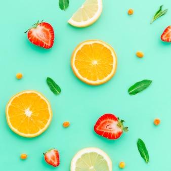 ライムオレンジイチゴ海クロウメモドキと緑の葉のスライス
