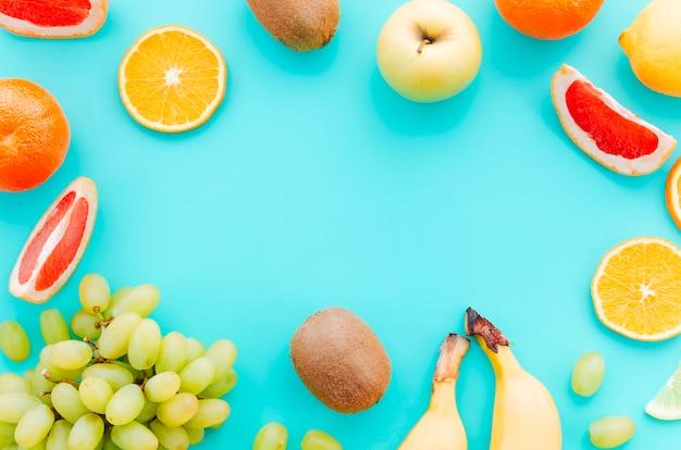 ターコイズブルーの背景にトロピカルフルーツの盛り合わせ