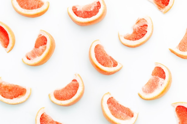 白い背景の上の熟したグレープフルーツのスライス