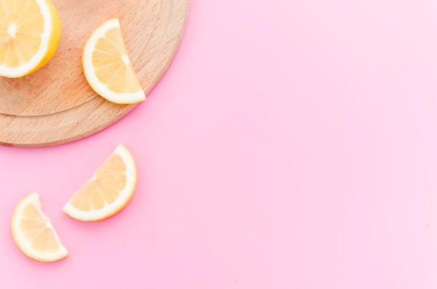 木の板にレモンのスライス