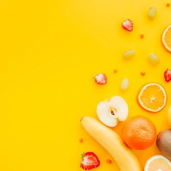 黄色の背景にフルーツの盛り合わせ