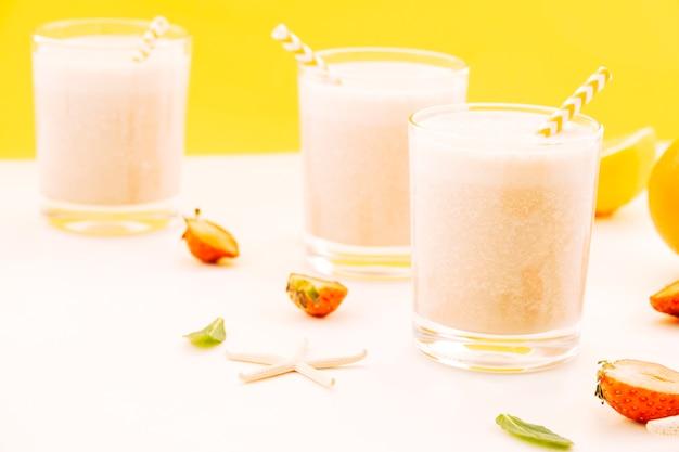 Стаканы молочного коктейля на столе
