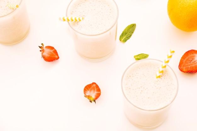 Розовый молочный коктейль с ягодами