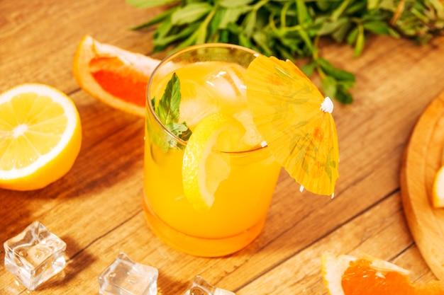 ペパーミントと傘の柑橘系のジュース