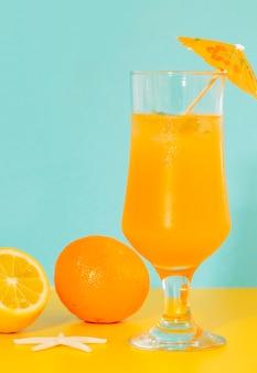ハリケーングラスの香り高いオレンジカクテル