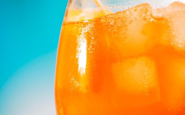 ガラスの明るいオレンジ色の新鮮な飲み物