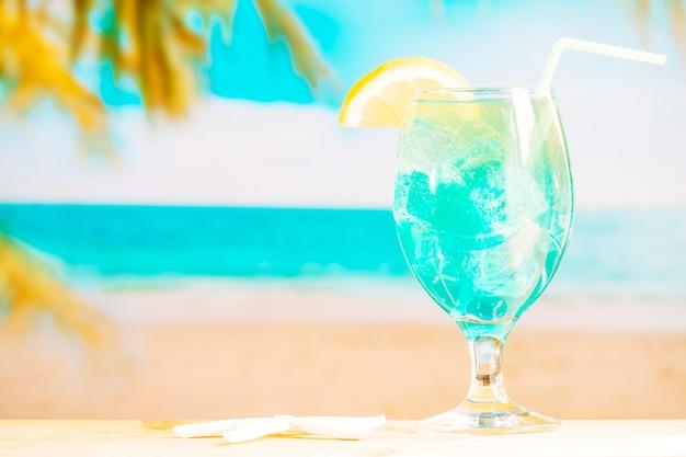 わらと冷凍の青い飲み物のガラス
