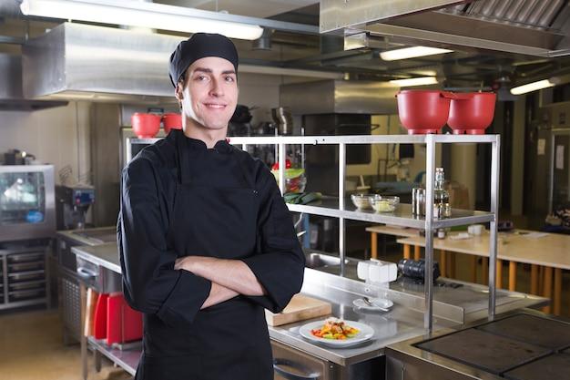 台所で制服を着たシェフ
