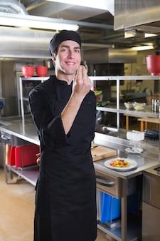 Шеф-повар с униформой на кухне