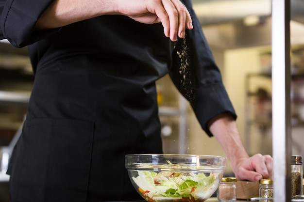 サラダを準備するシェフ
