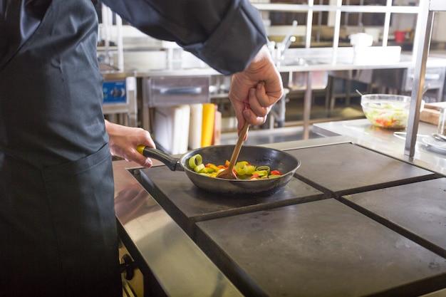Шеф-повар готовит рецепт