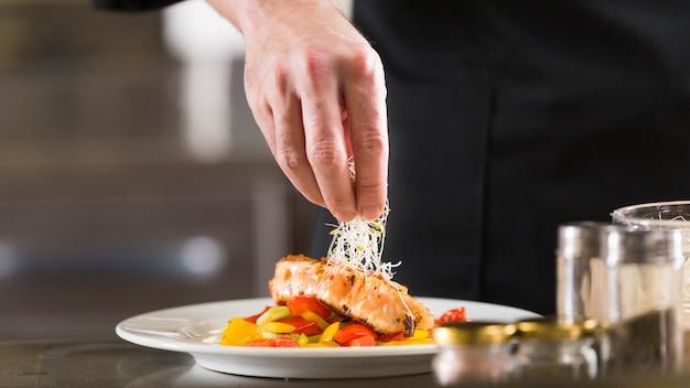 Шеф-повар готовит блюдо из здоровой пищи