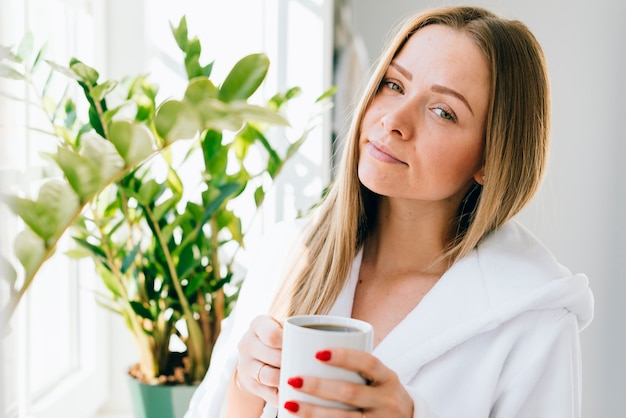 バスルームでコーヒーを飲んでいる女の子