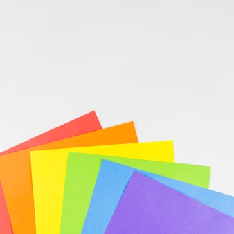 カラフルな紙のシートとプライドフラグ