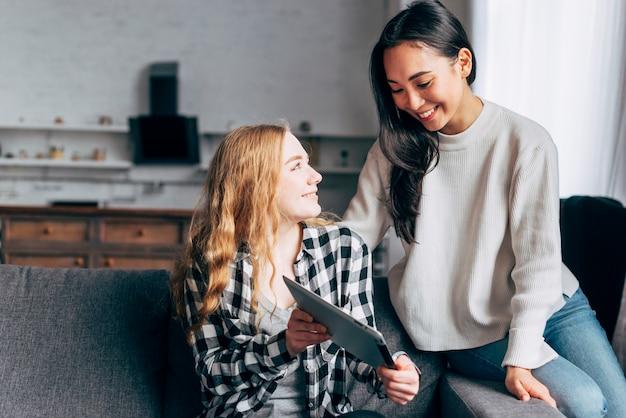 Подружки с помощью планшета в домашних условиях