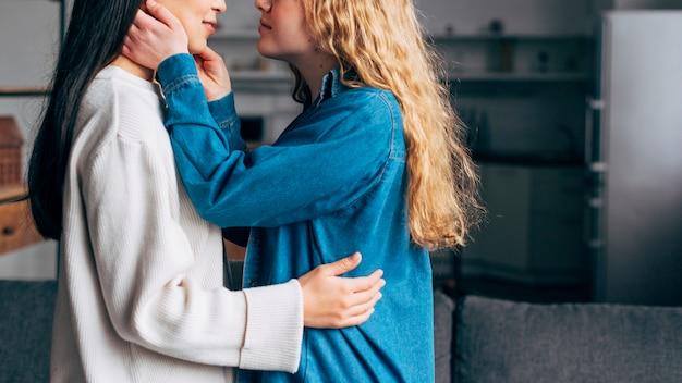 Молодые женщины собираются поцеловать