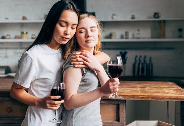 ワインを飲みながらレズビアンのカップル