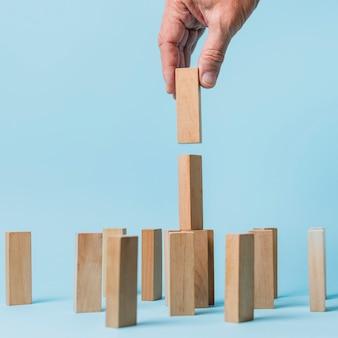 Бизнесмен, используя деревянные части