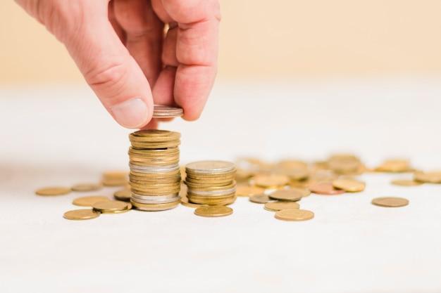 お金を計算する実業家