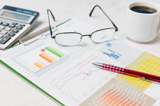 Очки и ручка на отчете