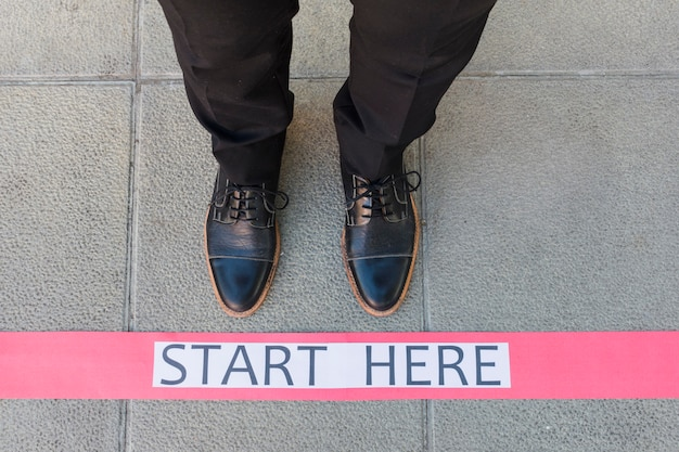 床の上のメッセージとトップビュー実業家足