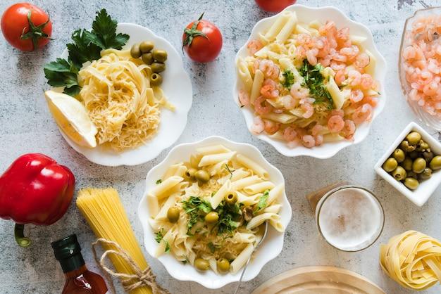 Вид сверху вкусные макаронные блюда