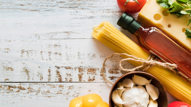 白いテーブルの上のイタリアの食材グループ