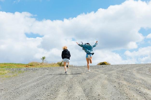 空の道でジャンプ若い女性