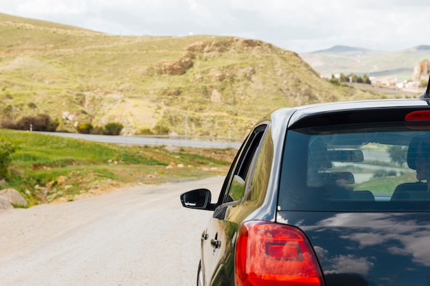 自然の中で道路に乗って車