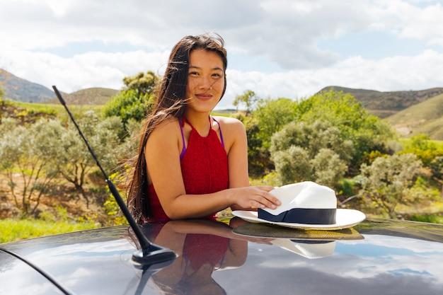 Веселая молодая этническая женщина в природе