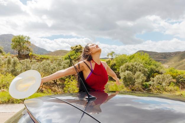 美しい若い女性の旅の生活を愛する
