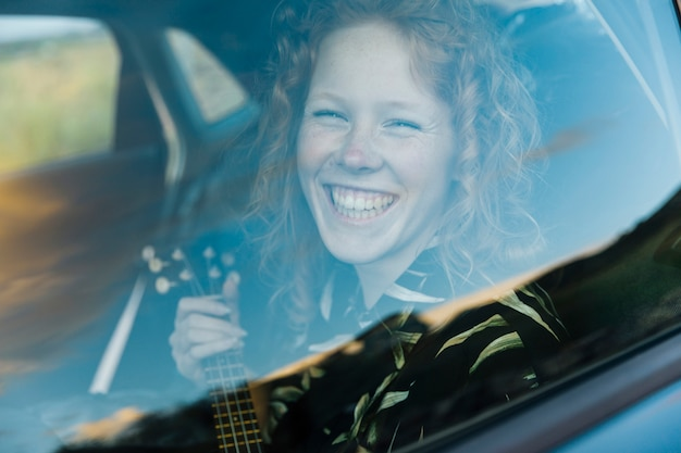 マシンで笑っている若い女性