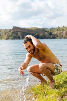 若い男が川の水に飛び散る
