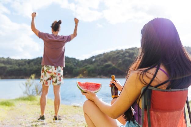 ビーチでピクニックを持っているカップル