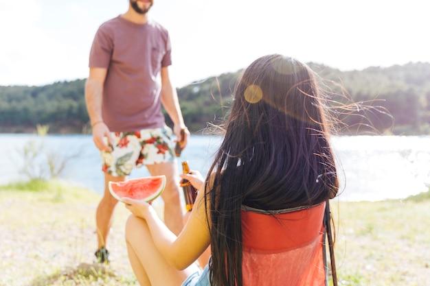 ビーチでおやつを持っているカップル