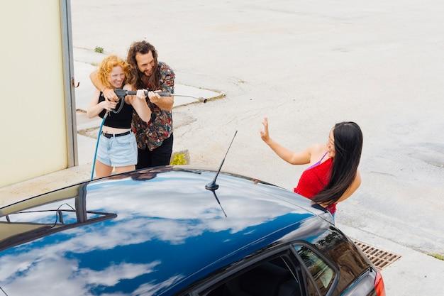 洗車で楽しんでいるカップル