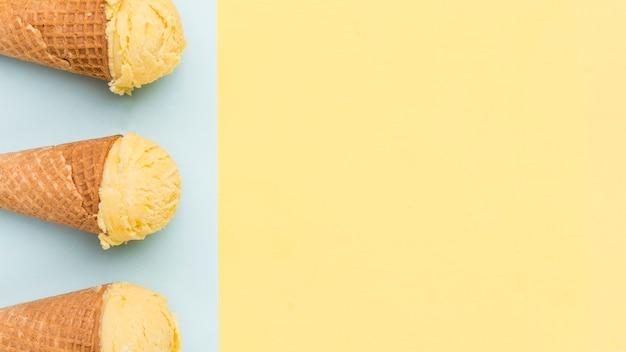 異なる色の背景上のアイスクリームコーン