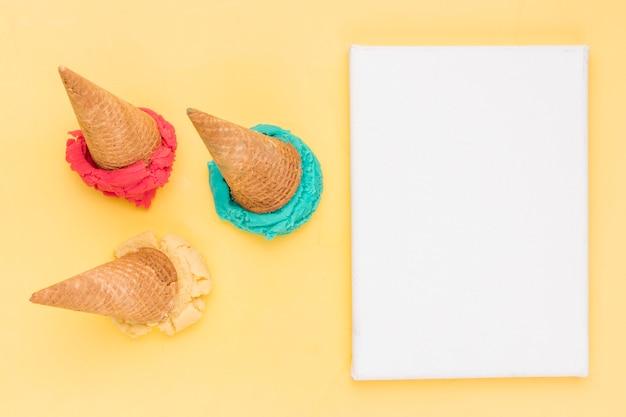 明るいフルーツアイスクリームと紙のシートをすくい取る