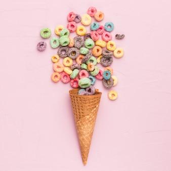 色とりどりのシリアルとアイスクリームコーンの組成