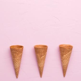 ピンクの表面に未充填ワッフルアイスクリームコーン